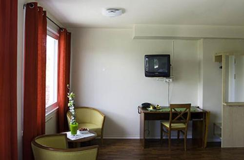 A television and/or entertainment centre at Bømlo Hotel