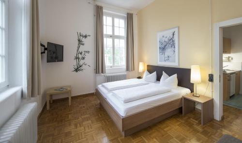 Кровать или кровати в номере Apartment Hotel Konstanz