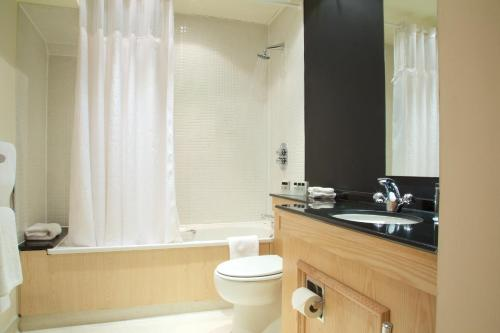 A bathroom at Glasgow Argyle Hotel, BW Signature Collection