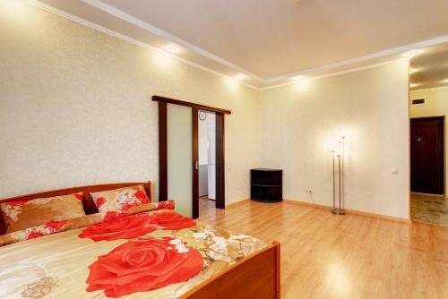 Кровать или кровати в номере Business Apartments on Chistopolskaya
