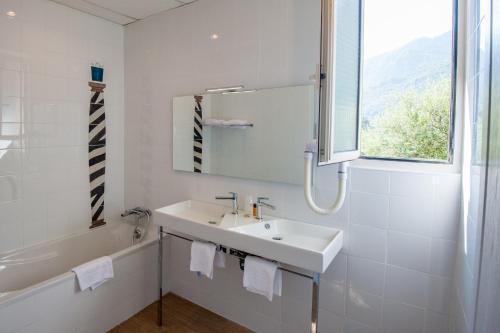 A bathroom at Hotel Kalliste
