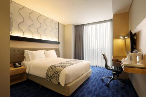 A bed or beds in a room at Holiday Inn Express Jakarta Thamrin, an IHG Hotel