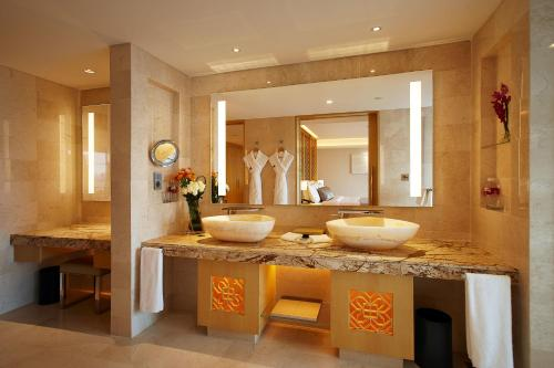 A bathroom at White Swan Hotel