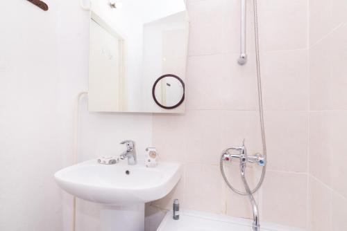 """A bathroom at """"SelimVseh"""" at Mamina-Sibiryaka"""