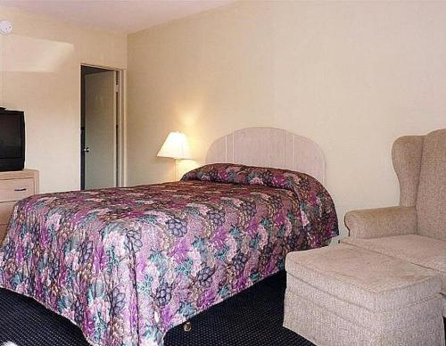 A bed or beds in a room at Budget Motel - Titusville