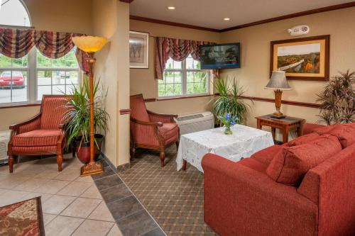 A seating area at Microtel Inn & Suites Beckley East
