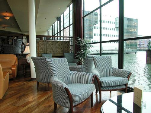 A seating area at Britannia International Hotel Canary Wharf