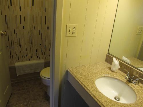 A bathroom at Macaluso's at the Lantern Lodge