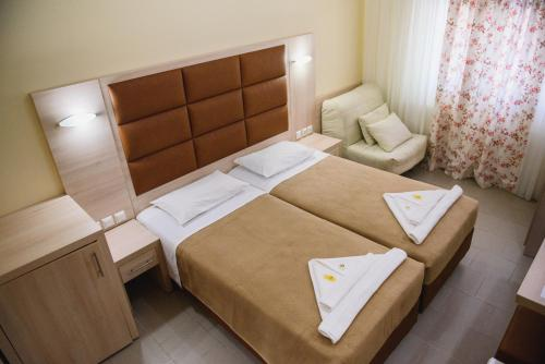 A bed or beds in a room at Santa Rosa Hotel & Beach