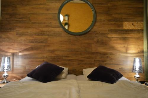 A bed or beds in a room at Hotel Nassau