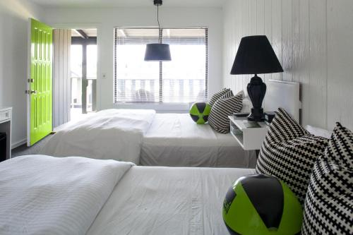 A bed or beds in a room at Sole East Beach