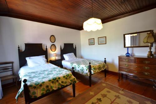 A bed or beds in a room at Casa dos Assentos de Quintiaes