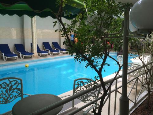 The swimming pool at or close to Sun Beach Hôtel