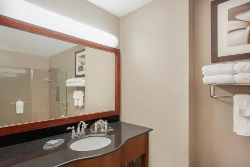 A bathroom at Wingate by Wyndham Columbia
