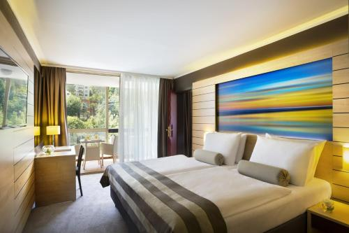 A bed or beds in a room at Hotel Excelsior - Liburnia