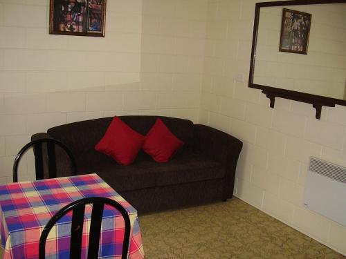 A seating area at Snowy River Lodge Motel