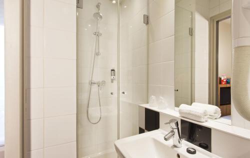 A bathroom at Libertel Gare Du Nord Suede