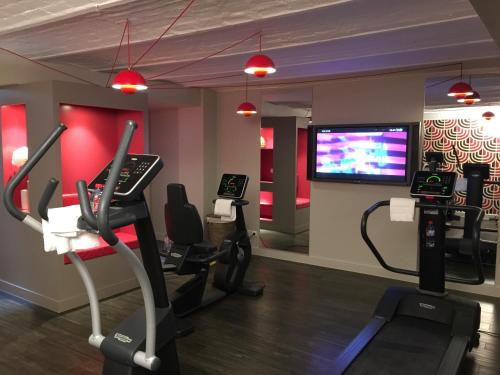The fitness centre and/or fitness facilities at Hotel Eiffel Seine