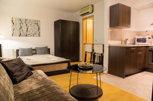 A bed or beds in a room at Hotel Gozsdu Court
