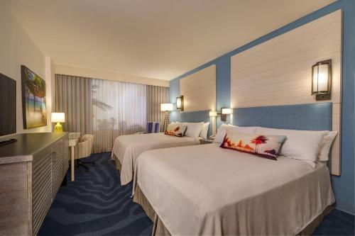 A bed or beds in a room at Universal's Loews Sapphire Falls Resort