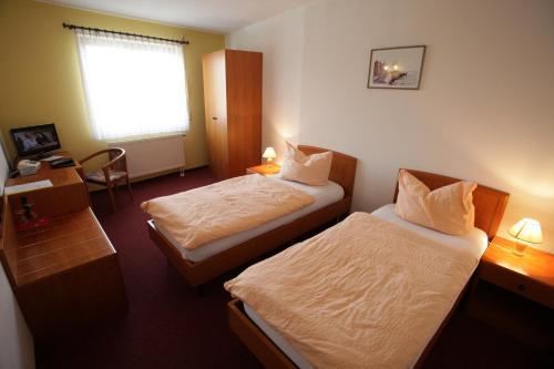 Кровать или кровати в номере Eiscafe-Pizzeria-Hotel Rialto