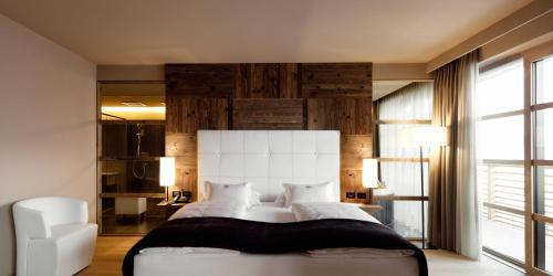 A bed or beds in a room at Alpina Dolomites
