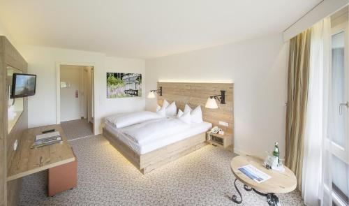 Кровать или кровати в номере Hotel Vier Jahreszeiten am Schluchsee