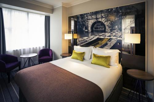 A bed or beds in a room at Mercure Oxford Eastgate Hotel