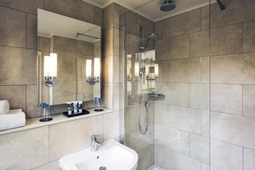A bathroom at Mercure Oxford Eastgate Hotel