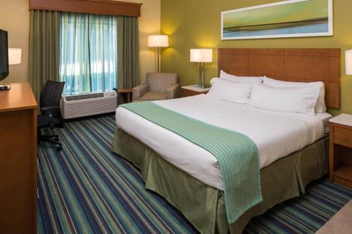 A bed or beds in a room at Holiday Inn Express - Clermont, an IHG Hotel