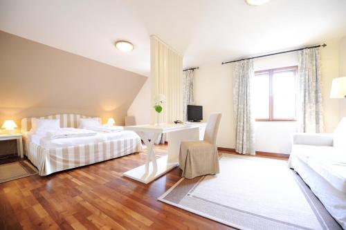 A bed or beds in a room at Renaissancehotel Raffelsberger Hof B&B