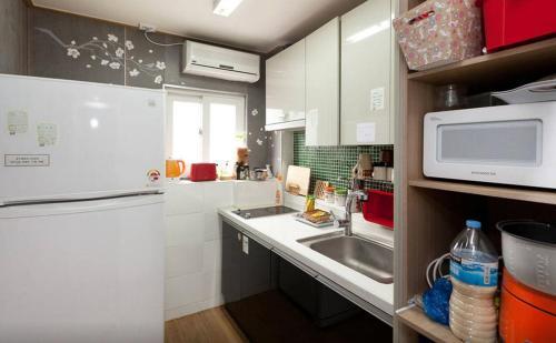 Кухня или мини-кухня в Kim Stay 2