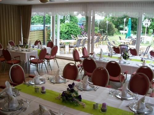 Ein Restaurant oder anderes Speiselokal in der Unterkunft Akzent Hotel Landhaus Heinen