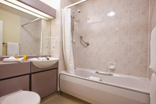 A bathroom at Derby Station Hotel, Sure Hotel Collection by Best Western