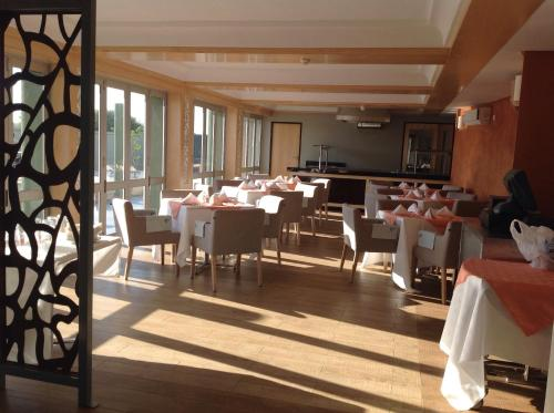 A restaurant or other place to eat at Aquarian Tide Hotel 蓝汐酒店