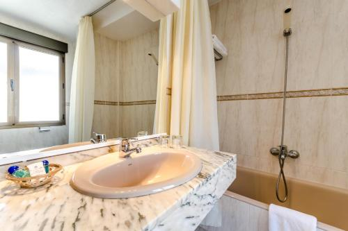 A bathroom at Sacromonte