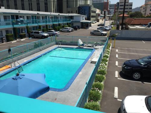 Výhled na bazén z ubytování Travelodge by Wyndham Hollywood-Vermont/Sunset nebo okolí