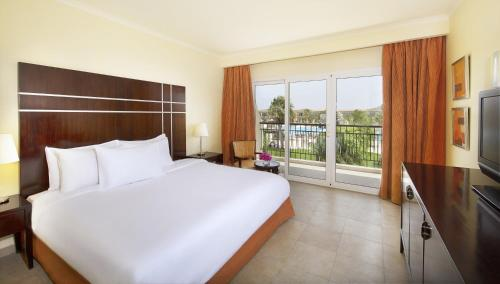 Een bed of bedden in een kamer bij Hilton Sharks Bay Resort