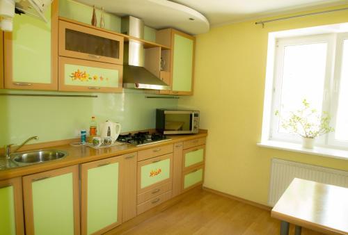 Кухня или мини-кухня в RedSquare Lux Apartament