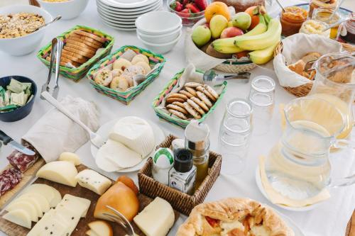 Breakfast options available to guests at Giuggiulena