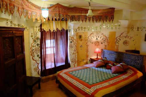 A bed or beds in a room at Hotel Garh Jaisal Haveli