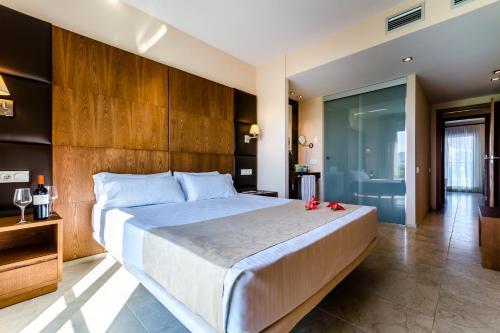 A bed or beds in a room at El Plantío Golf Resort