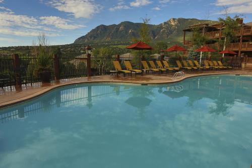 Het zwembad bij of vlak bij Cheyenne Mountain Resort, a Dolce by Wyndham