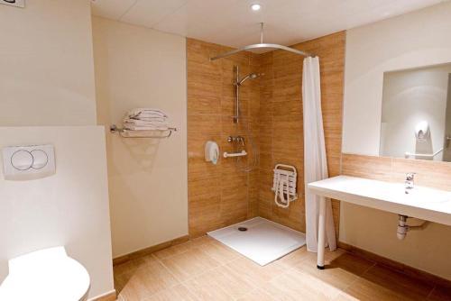 A bathroom at Hôtel Saint Etienne