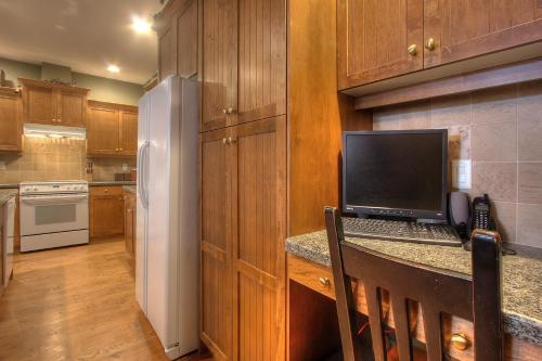 A television and/or entertainment center at Treetops Ski Luxury Townhouse