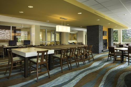 A restaurant or other place to eat at Fairfield Inn & Suites by Marriott Calgary Downtown