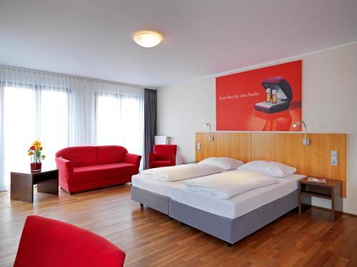 Een bed of bedden in een kamer bij Eden Hotel Früh am Dom