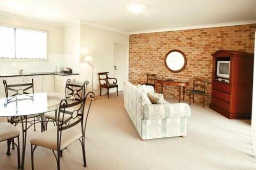 A seating area at Potters Apartments