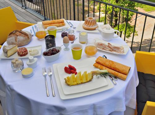 Breakfast options available to guests at Cottage 1956 - Maison d'hôtes
