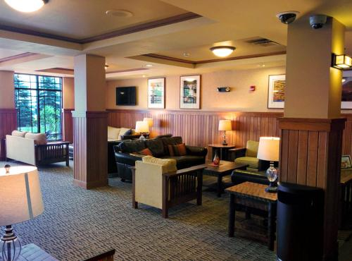 A seating area at Canal Park Lodge